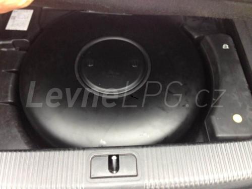 Audi A8 4.2 D3 LPG - nádrž